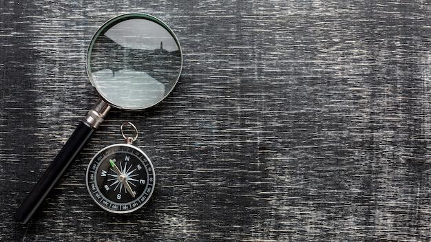 Widok z góry szkło powiększające i kompas