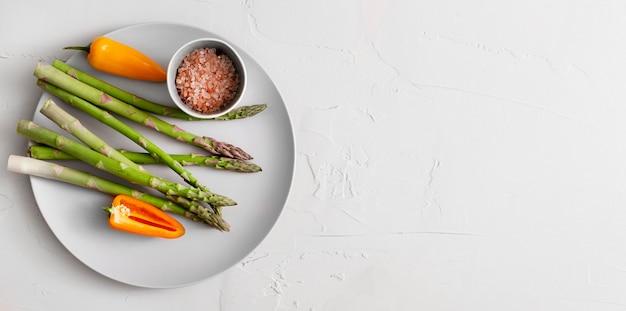 Widok z góry szparagi na talerzu z solą himalajską i miejscem na kopię
