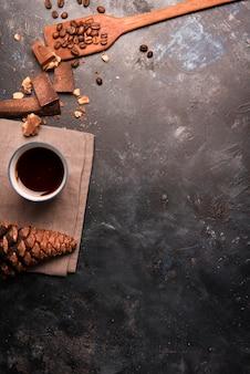 Widok z góry szyszki kawy i sosny