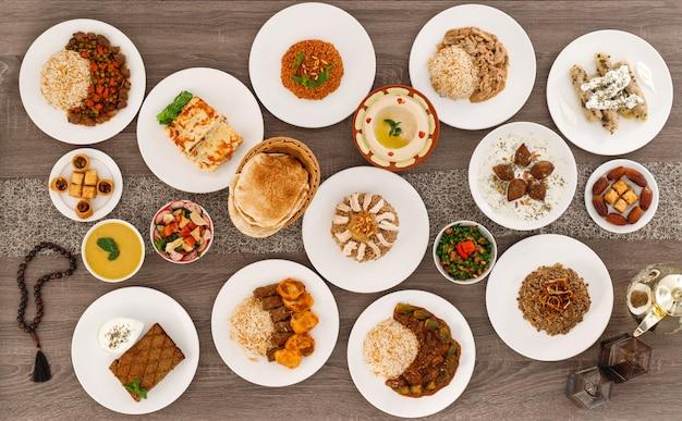Widok z góry tabeli z dzieleniem się talerzami jedzenia. kuchnia libańska