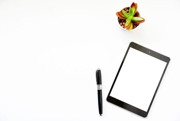 Widok z góry tablet, smartphone, mysz i klawiatura na biurku.