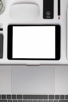 Widok z góry tabletu w pobliżu makiety laptopa