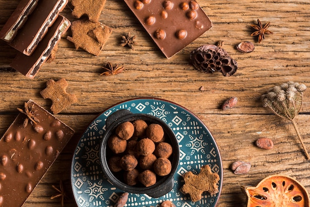 Widok z góry tabliczka czekolady i słodycze