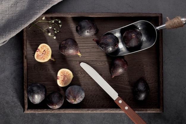 Widok z góry tacy fig z gałką i nożem