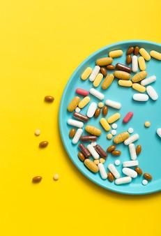 Widok z góry tacy z różnymi tabletkami