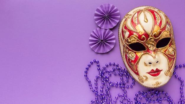 Widok z góry tajemnicza luksusowa maska karnawałowa i perły