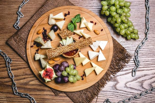 Widok z góry talerz serów z winogronami