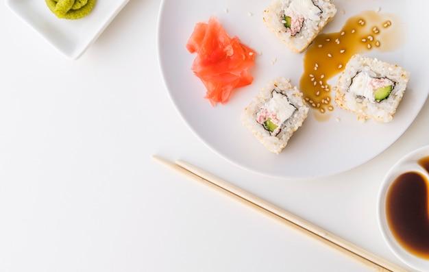 Widok z góry talerz sushi z miejsca na kopię