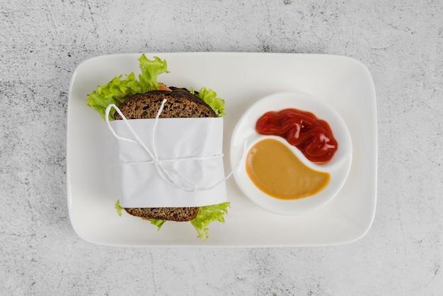 Widok z góry talerz z kanapką i sosem