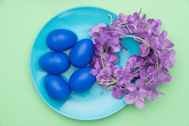 Widok z góry talerz z kolorowymi jajkami w kolorze niebieskim