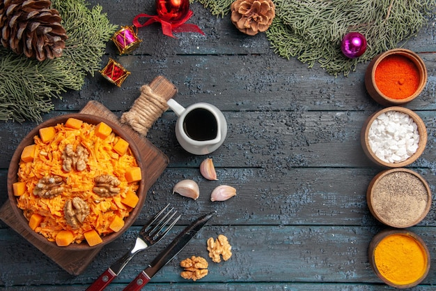 Widok z góry tarta sałatka z marchwi z orzechami włoskimi i przyprawami na ciemnoniebieskim biurku sałatka ze zdrową żywnością dieta kolor orzechów