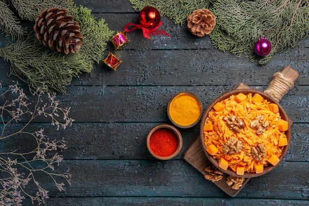 Widok z góry tarta sałatka z marchwi z orzechami włoskimi na ciemnym biurku sałatka zdrowotna dieta w kolorze orzechów