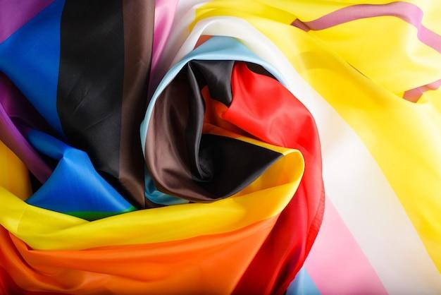 Widok z góry tęczowa flaga, nowy międzynarodowy symbol społeczności lgbtq+ w kształcie spirali. znak różnorodności dla gejów, lesbijek, osób transosobowych i osób o kolorowej skórze
