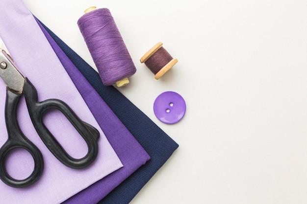 Widok z góry tkanin z nicią i miejscem na kopię