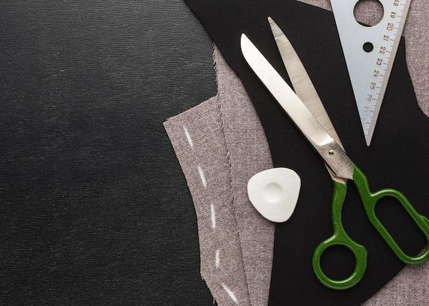 Widok z góry tkaniny z nożyczkami i kredą