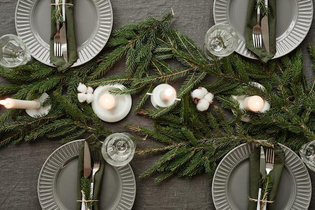 Widok z góry tło eleganckiego stołu jadalnego udekorowanego na boże narodzenie w szarych odcieniach kopiuje przestrzeń