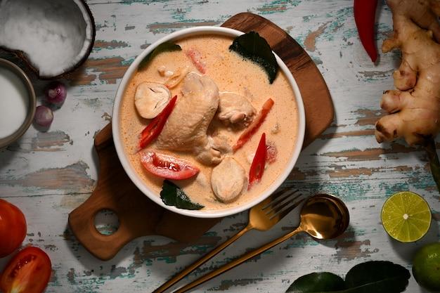 Widok z góry tom kha gai, zupa na mleku kokosowym z kurczakiem