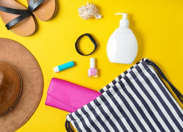 Widok z góry torby plażowej i akcesoriów