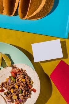 Widok z góry tortilla z mięsem i warzywami