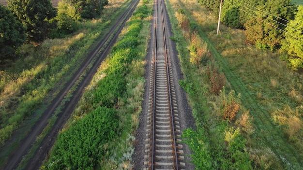 Widok z góry tory kolejowe. lot nad drogą z szynami.