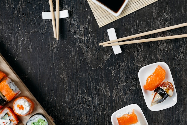 Widok z góry tradycyjne japońskie sushi z miejsca na kopię