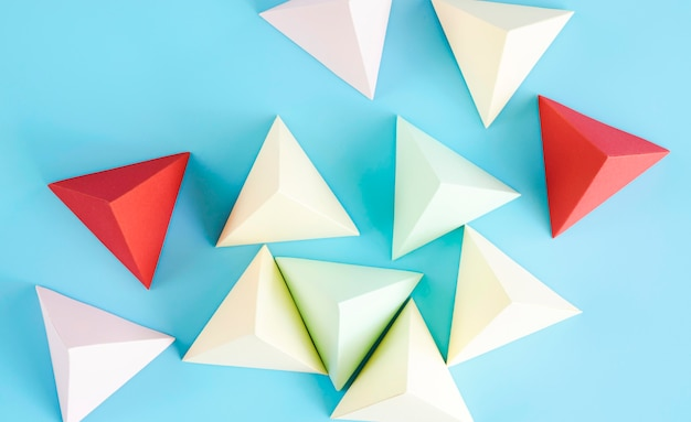 Widok z góry trójkątna kolekcja kształtów papieru