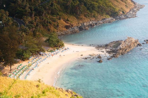 Widok z góry tropikalnej plaży z białym piaskiem