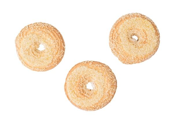 Widok z góry trzy ciasteczka sezamowe na białym tle. słodkie domowe ciasta.