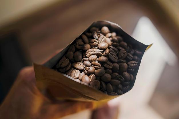 Widok z góry trzyma paczkę ziaren kawy barista