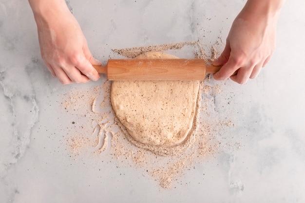 Widok z góry trzymając się za ręce wałek do ciasta