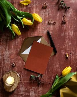 Widok z góry tulipany i kartkę z życzeniami
