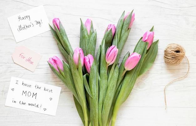 Widok z góry tulipany i układ nici