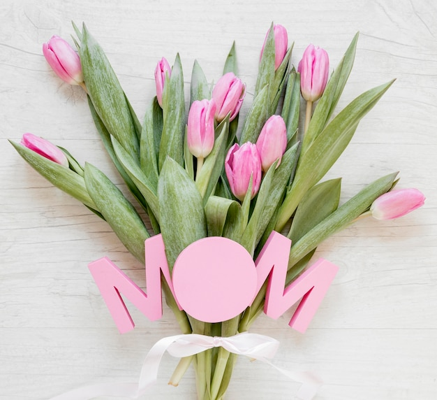 Widok z góry tulipany i znak mama