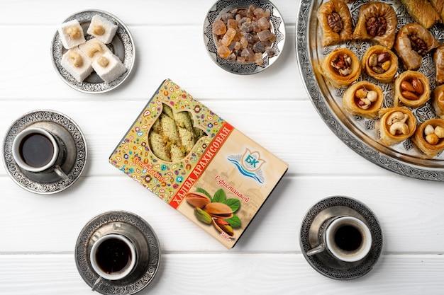 Widok z góry tureckich słodyczy i tureckiej kawy na białym drewnianym tle