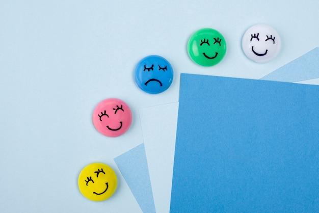 Widok z góry twarzy ze smutnymi i szczęśliwymi emocjami na niebieski poniedziałek