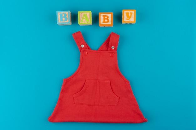 Widok z góry ubrania dla dzieci i drewniane klocki