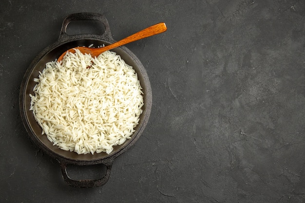 Widok z góry ugotowany ryż wewnątrz patelni na ciemnej powierzchni obiadowy posiłek jedzenie ryż wschodni