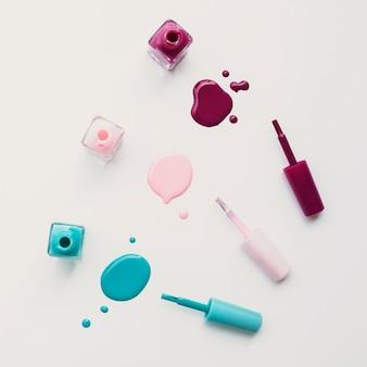Widok z góry układ kolorowych lakierów do paznokci