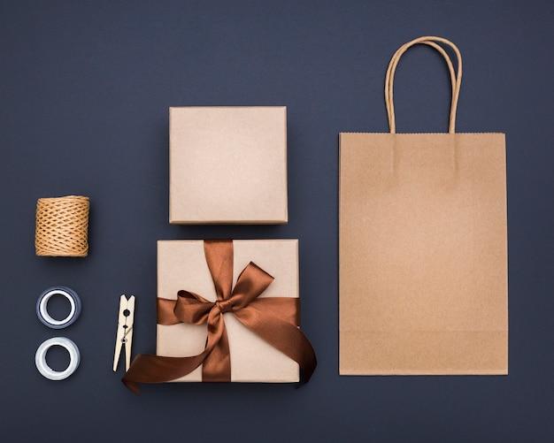 Widok z góry układ pakowania prezentów kreatywnych na ciemnym tle