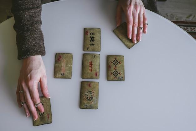 Widok z góry układ starych kart z runami