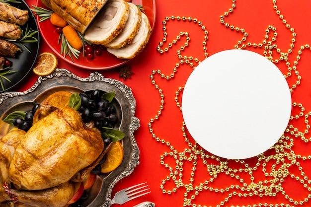 Widok z góry układ świątecznych potraw z pustą okrągłą kartą