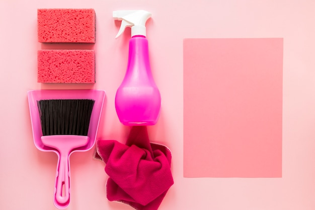 Widok z góry układ z produktów czyszczących na różowym tle