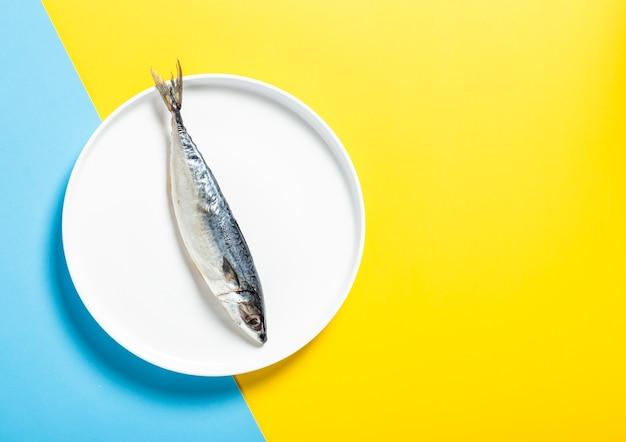 Widok z góry układ z pyszną rybą na białym talerzu
