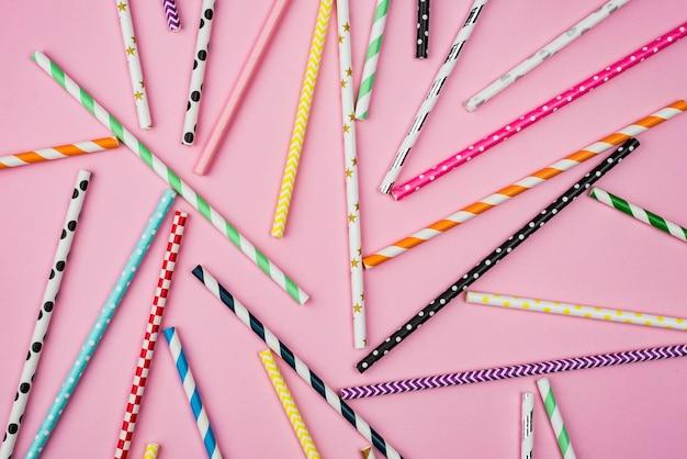 Widok z góry ułożenie kolorowych słomek papierowych