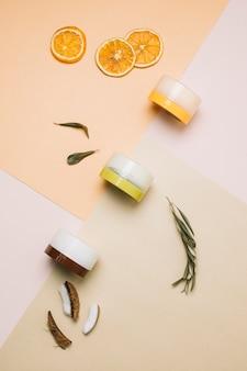 Widok z góry ułożone organiczne produkty kosmetyczne