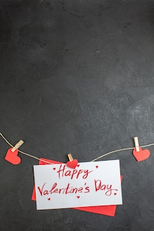 Widok z góry urocza notatka szczęśliwe walentynki na ciemnym tle miłość para uczucie małżeństwo obecne kolory serca