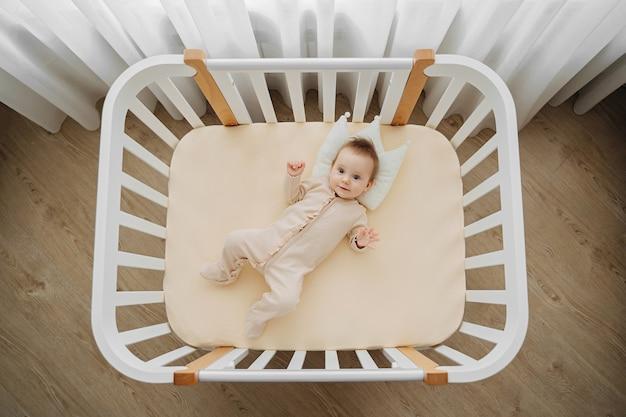 Widok z góry uroczego niemowlęcia w stylowej piżamie