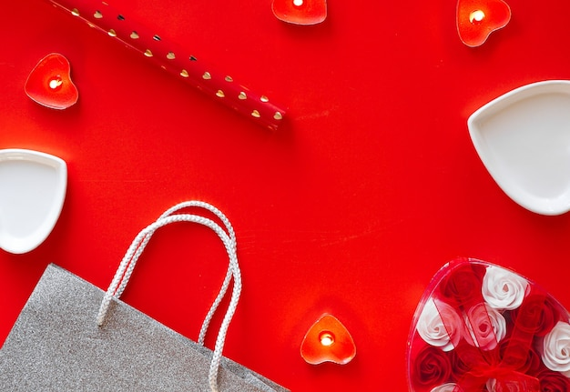 Widok z góry - uroczysty czerwony tło na walentynki. koncepcja przygotowania do święta i pakowania prezentów.