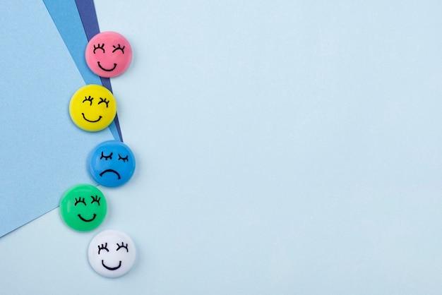 Widok z góry uśmiechniętych i smutnych twarzy na niebieski poniedziałek z miejsca na kopię