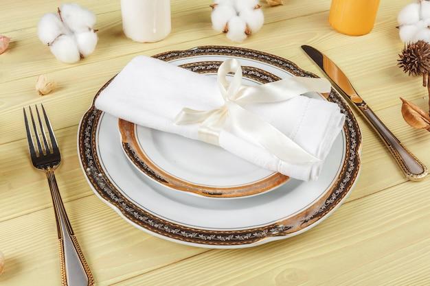 Widok z góry ustawienia weselnego stołu z dekoracjami